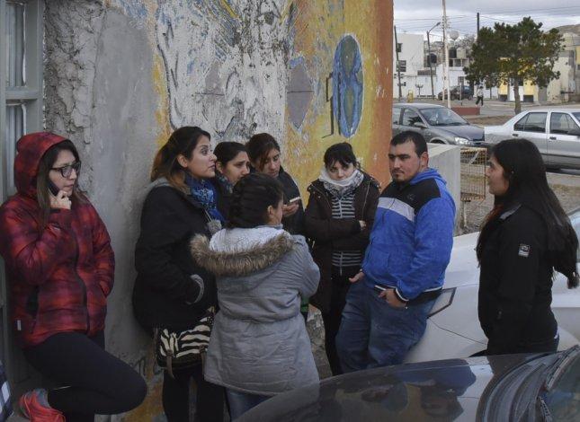 Vecinos de las 150 Viviendas se acercaron a la oficina de Desarrollo Social para solicitar el certificado en puerta.
