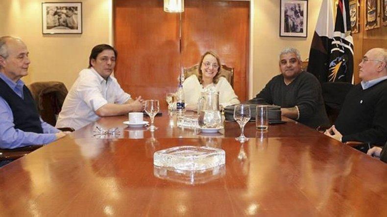 Dirigentes de FENTOS se reunieron el miércoles con la gobernadora Alicia Kirchner. En ese ámbito hubo un acuerdo de partes que las bases no aceptaron.