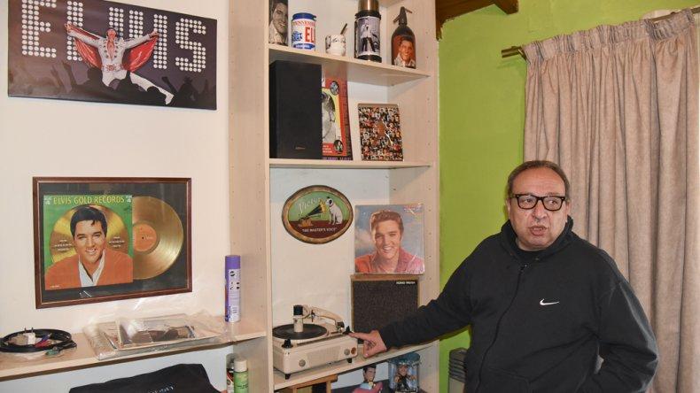 Alfredo Ayul hace 40 años vio a Elvis en el cine y hoy es su mayor coleccionista en toda la Patagonia.