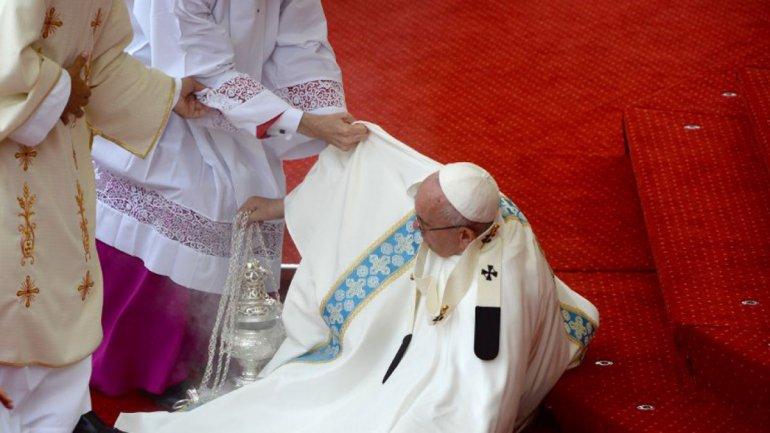 La caída que sufrió el Papa momentos antes de celebrarse una homilía.