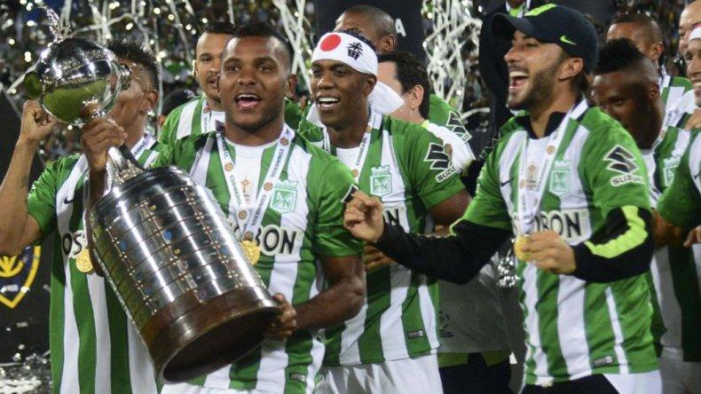 Los jugadores de Atlético Nacional de Medellín festejan con la Copa Libertadores.