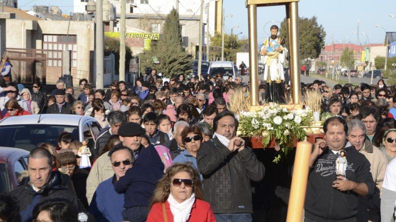 Cada año San Cayetano convoca a cientos de fieles que le rinden tributo.