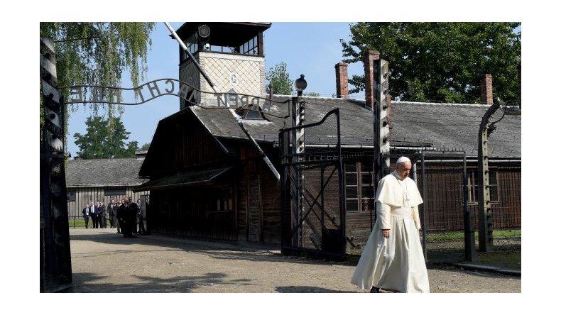 Francisco recorrió Auschwitz y pidió perdón por tanta crueldad