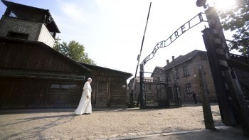 El papa Francisco visitó Auschwitz, donde pidió perdón por tanta crueldad.