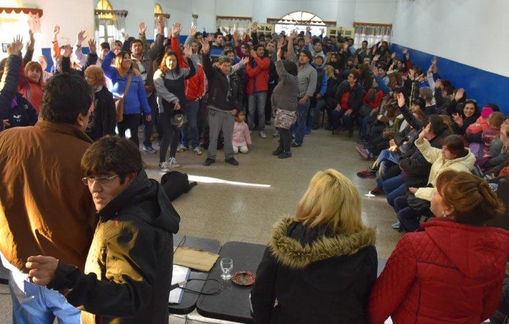 La asamblea de trabajadores municipales resolvió por mayoría dar continuidad a las medidas de fuerza y requerir una recomposición salarial del 35%.