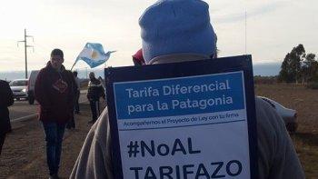 Casi todos los que pasaron por las rutas 25 y 3 firmaron en respaldo al proyecto de ley por una zona tarifaria especial de luz y gas en la Patagonia.