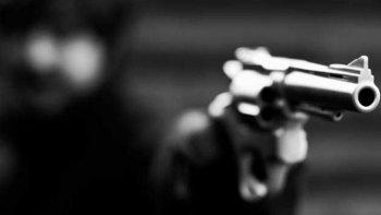 abrio la puerta de su casa y recibio tres disparos