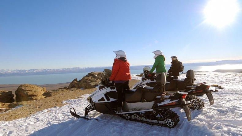 Se pueden realizar paseos en moto de nieve por los maravillosos paisajes que ofrece El Calafate.