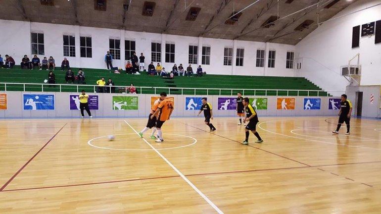 El gimnasio del Complejo Huergo es uno de los escenarios donde se disputa el torneo de fútbol de salón Juan Carlos Caicheo.