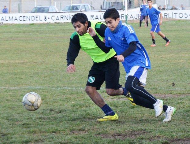 Marcos Carrizo y Matías Vargas disputan la pelota en el amistoso entre Petroquímica y CAI.