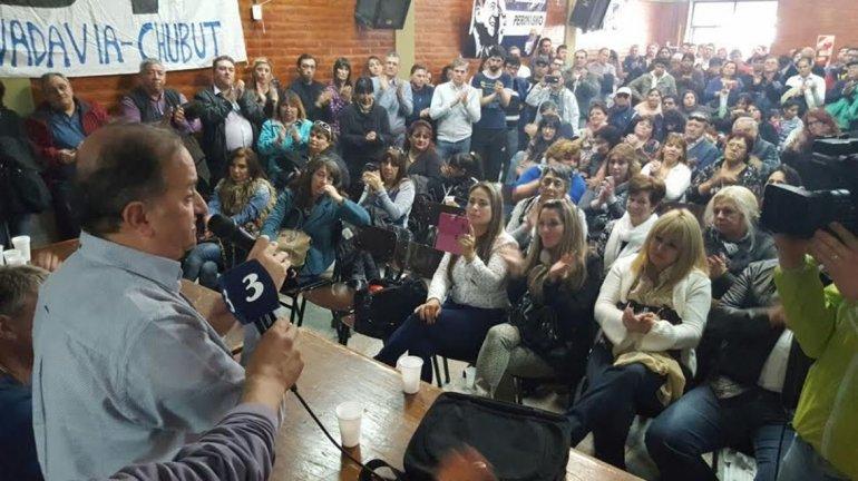 Carlos Linares brinda su discurso durante el encuentro de ayer en Puerto Madryn.