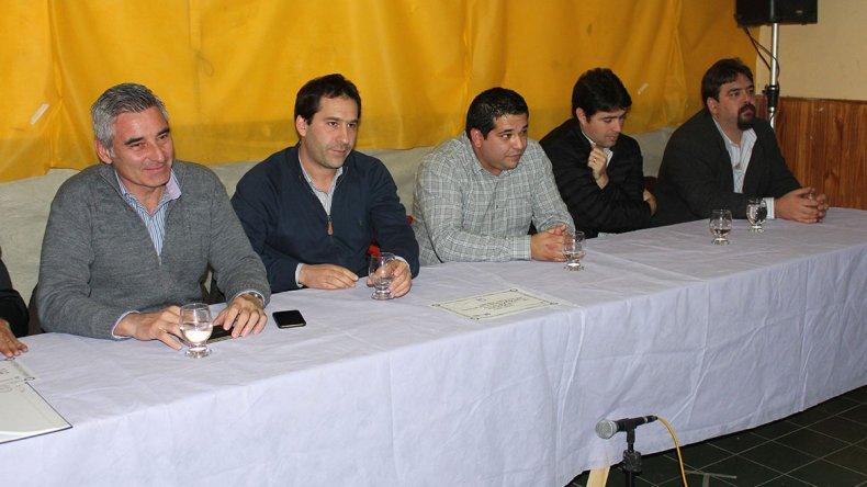 Diego Amaya junto a representantes municipales durante su asunción como presidente de la Asociación Vecinal.