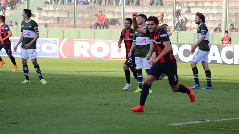 Nicolás Blandi festeja uno de sus dos goles que le marcó ayer a Unión de Sunchales.