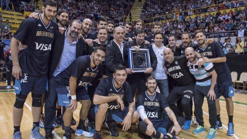 Gonzalo García recibió un reconocimiento la noche del sábado y lo compartió con la selección argentina y el resto del cuerpo técnico.