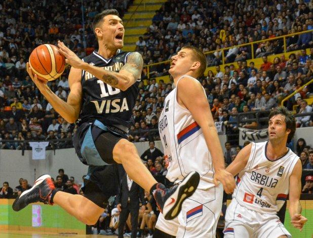 Carlos Delfino en acción durante el partido que Argentina le ganó a Serbia la noche del sábado en el Orfeo Superdomo.