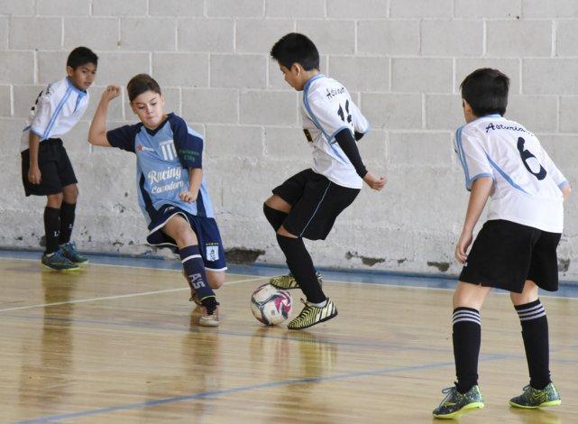 Racing Comodoro pasó a las semifinales en la categoría 2005 al dejar ayer en el camino a Escuela de Fútbol Centro Asturiano.
