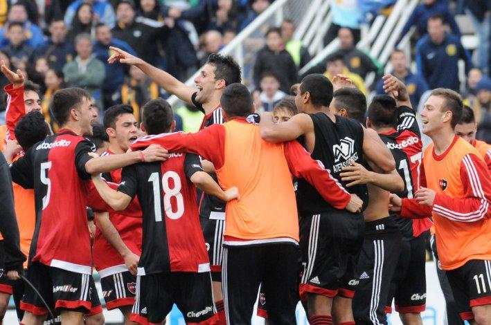 Los jugadores de Newells festejan la clasificación para las semifinales de la Copa Santa Fe.