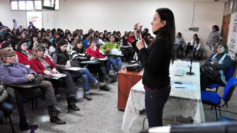 Viviana Minzi brindará una conferencia gratuita en el aula 204 de sede central de la Universidad Nacional de la Patagonia.