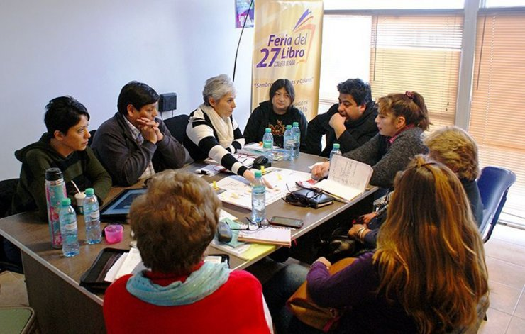 Integrantes de la comisión organizadora de la 27ª edición de la Feria del Libro en Caleta Olivia convocaron a escritores locales y regionales a sumarse al encuentro.