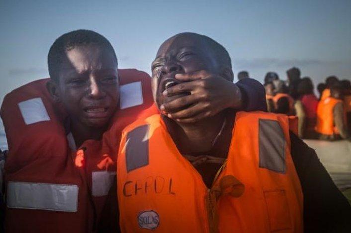 La foto del desgarrador llanto de dos hermanos que recorre el mundo