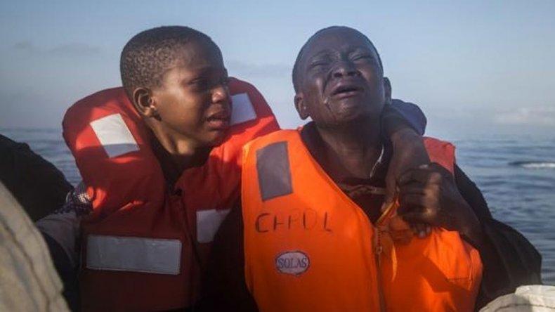 Dustin, de 11 años, llora junto a su hermano, de 10, tras perder a su madre .
