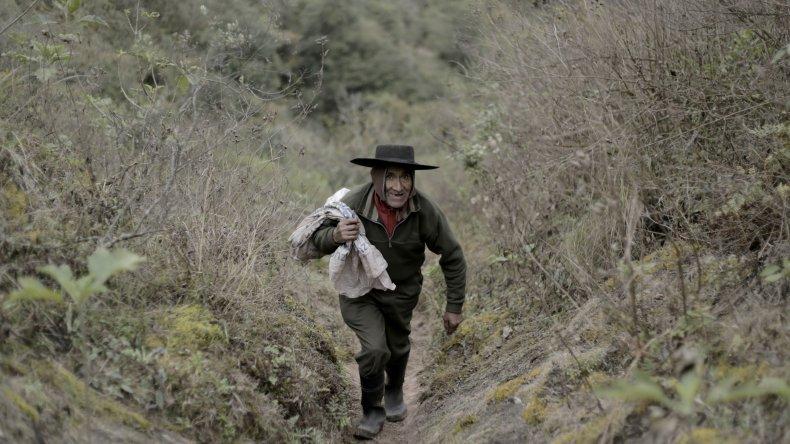 Todos los días camina tres horas hasta el pueblo más cercano.