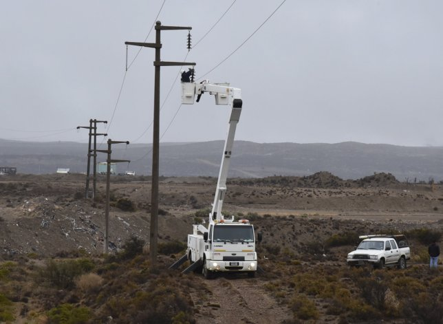 Una de las tareas de reparación fue realizada a 2 kilómetros al oeste de Caleta Olivia.