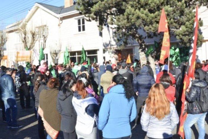 Trabajadores estatales que reclaman el pago del medio aguinaldo protagonizaron ayer una marcha de protesta por calles de Río Gallegos.