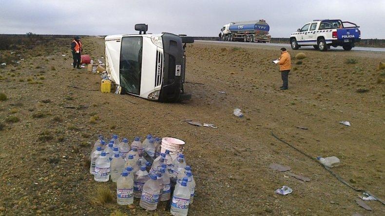 El utilitario Ivecco Daily quedó volcado en la banquina y perdió gran parte de su carga.