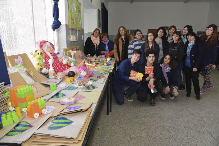 Los estudiantes de la Escuela 7702 confeccionaron bolsas de regalos para que la organización Comodoro Somos Todos pueda colocar los regalos que entregarán en el Día del Niño.