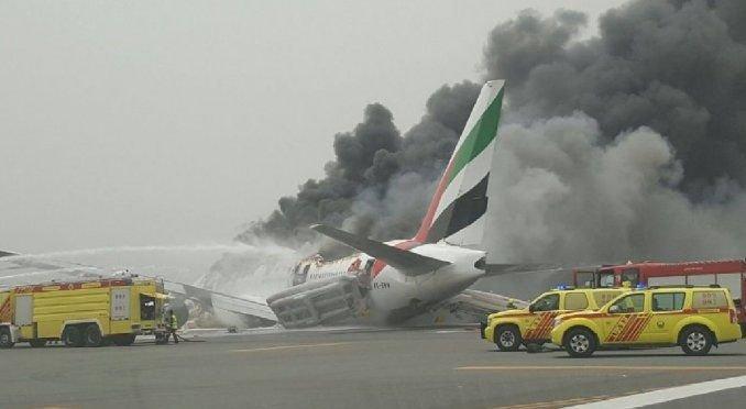 Susto en Dubai: aterrizaje forzoso e incendio de un avión en plena pista