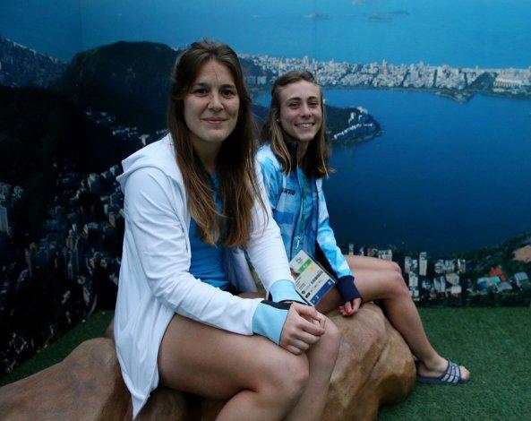 Julia Gomes Fantasia posa junto a Agustina Habif