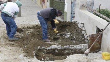 Cuatro horas después del accidente, personal de Camuzzi aceleró los trabajos de reparación para cerrar el pozo al que cayó Martín Navarro.