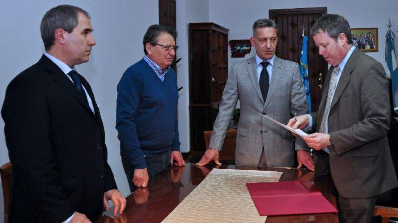 Mariano Arcioni durante la ceremonia en la que ayer asumió de manera oficial como gobernador interino.