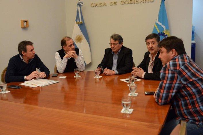 El intendente Carlos Linares presentó el plan de obra pública a autoridades provinciales.