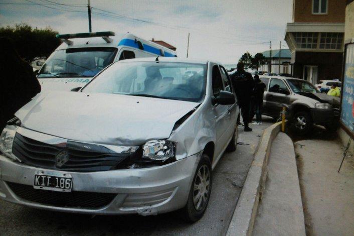 Manejaba por el centro sin carnet, chocó a un auto e impactó contra una casa