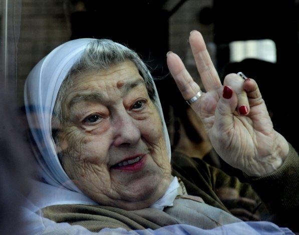 Hebe se refugió en la sede de Madres de Plaza de Mayo compañada por una multitud de militantes.