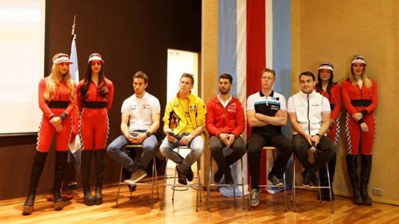 Pilotos y bellas promotoras ayer durante la presentación oficial de la carrera de este fin de semana del WTCC.