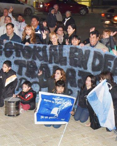 En la Plaza de la Escuela 83 también hubo ruido contra las políticas de Macri.