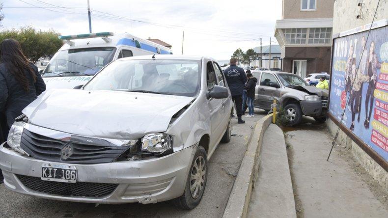 La camioneta terminó estrellada contra el paredón de Güemes y Sarmiento. Su conductor no tenía licencia de conducir.