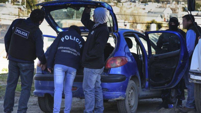 Personal de la Brigada requisa el Peugeot 206 utilizado Joaquín Suárez.