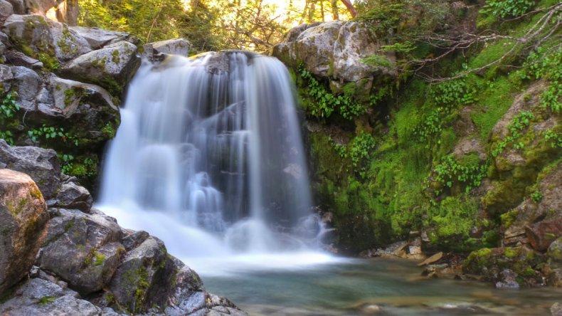 El camino hacia Cajón Negro pasa primero por la hermosa cascada Inacayal.