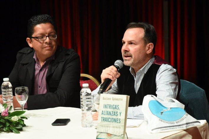 Gustavo Sylvestre participó de la Feria del Libro donde presentó su libro: Miradas contemporáneas: Intrigas