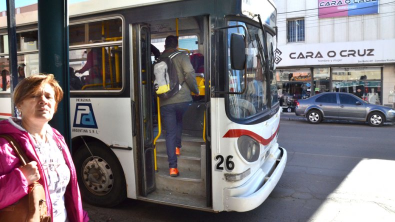 En la calle los usuarios del transporte público manifestaron su molestia por las demoras en las frecuencias.