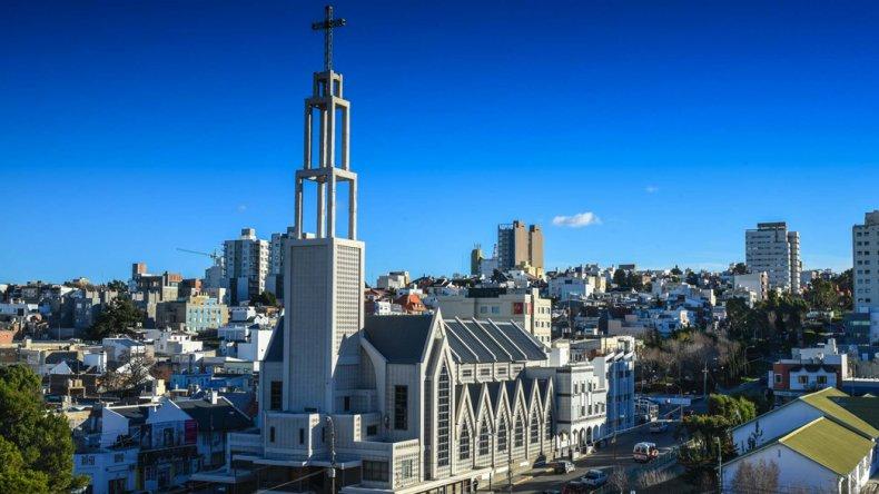 El actual edificio de la Catedral San Juan Bosco comenzó a ser construido a fines de la década del 50 en el lugar donde se emplazaba la parroquia San Pedro Damián.