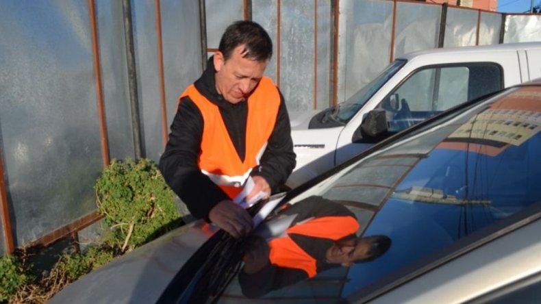 Inspectores municipales controlan que los automovilistas que circulan en la ciudad tengan en regla sus papeles.