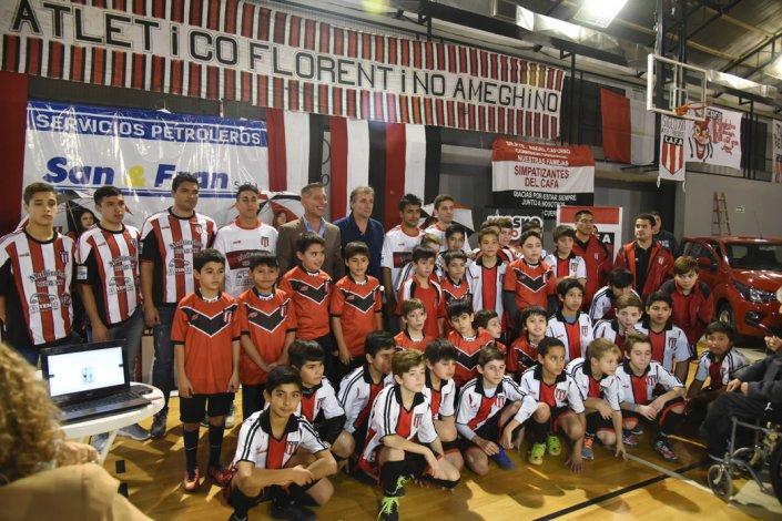La nueva camiseta de Ameghino fue presentada en sociedad ante un concurrido gimnasio tricolor.
