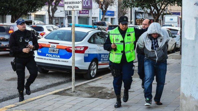 El sospechoso ingresa detenido a la Comisaría Primera sin una zapatilla que perdió en su frustrada huida.