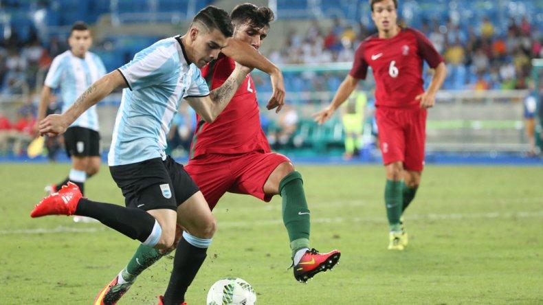 Cristian Pavón intenta un avance en la derrota de Argentina frente a Portugal.