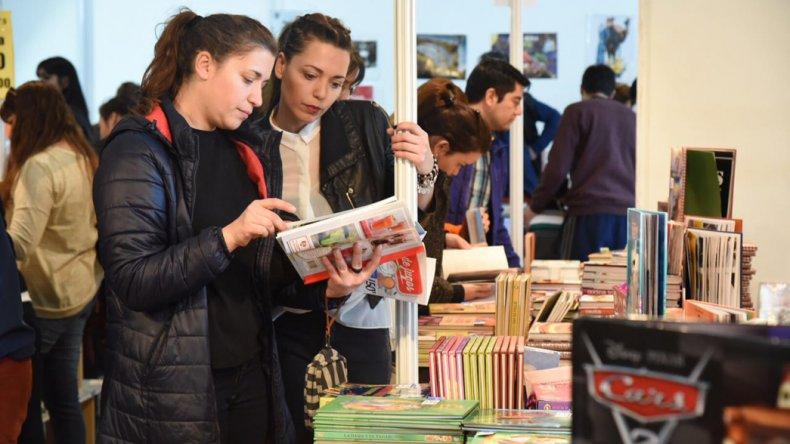 Los stands de venta de libro también tuvieron una masiva presencia de público